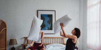 przeprowadzka parapetówka łóżko materac poduszki nowy dom pokój para małżeństwo rodzina